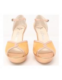 Si buscas una sandalia cómoda, esta es la tuya. Está confeccionada en dos materiales, ante melocotón y piel metalizada al tono,