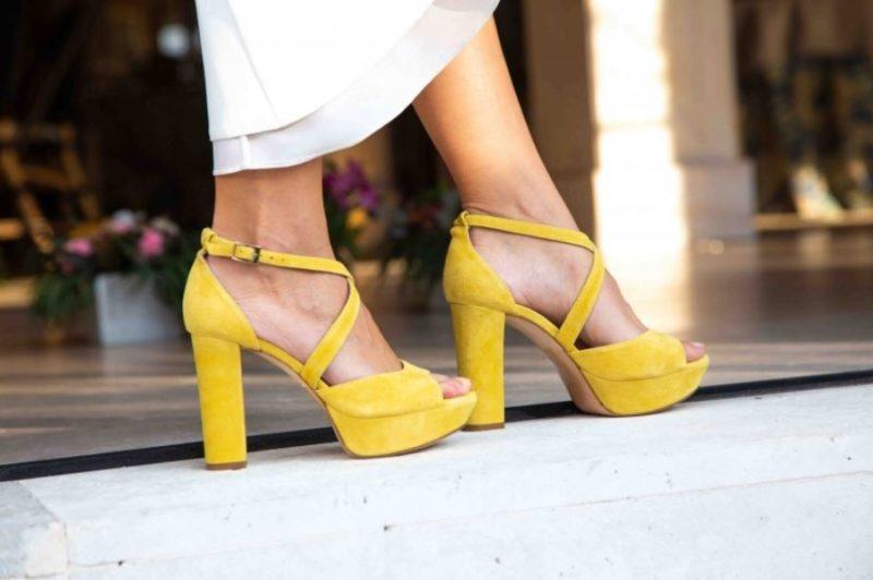 zapatos amarillos look de invitada