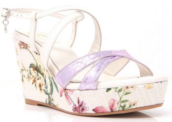 zapatos blancos con adornos